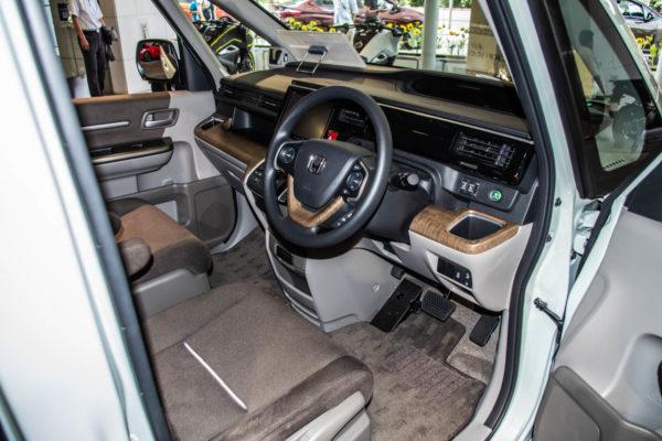ステップワゴンの運転席